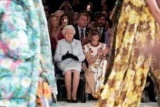Королева Елизавета II посетила шоу на неделе моды в Лондоне