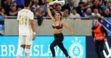 Другая половина голая девушка выбежала на поле во время матча европы